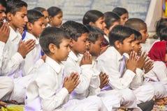 De jonge kinderen bidden in tibetan Stock Foto