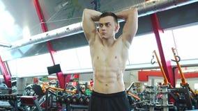 De jonge Knappe Bodybuilder kijkt in de Spiegel stock footage