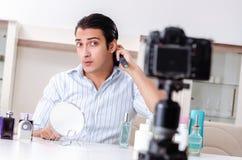 De jonge knappe man die zijn blog in hygi?neconcept registreren royalty-vrije stock foto
