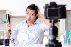 De jonge knappe man die zijn blog in hygi?neconcept registreren royalty-vrije stock afbeelding