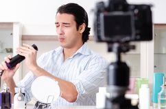 De jonge knappe man die zijn blog in hygi?neconcept registreren royalty-vrije stock fotografie