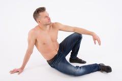 De jonge knappe mens rust Spier en sexy Grijze achtergrond royalty-vrije stock afbeeldingen