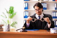 De jonge knappe rechter die voor het gerecht werken royalty-vrije stock fotografie