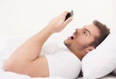 De jonge knappe telefoon van de mensenholding. Stock Foto's