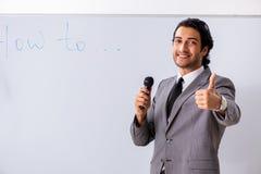 De jonge knappe zakenman voor whiteboard royalty-vrije stock foto's