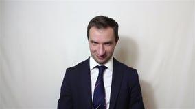 De jonge knappe zakenman zegt en neigt ja zijn hoofd stock footage