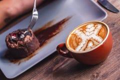 De jonge Koffie van Person Eating Chocolate Cake en het Drinken stock foto's