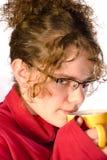 De jonge kop thee van de vrouwenholding Royalty-vrije Stock Foto's