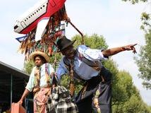 De Jonge kunstenaars van Carnaval van de Nottingsheuvel op stelten die tegen de blauwe hemel stellen royalty-vrije stock afbeeldingen