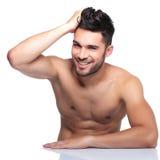 De jonge lachende mens stelt voor de camera Stock Foto