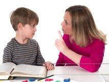 De jonge leerling wil niet leren, confronteert hij zijn moeder Royalty-vrije Stock Foto's
