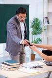 De jonge leraar en de student in het klaslokaal royalty-vrije stock foto