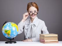 De jonge leraar in glazen met boeken en bol Stock Afbeeldingen