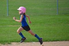 Jonge Meisjes Lopende Basissen in Softball Royalty-vrije Stock Foto's