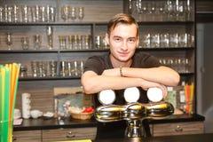 De jonge man achter de bar stock afbeeldingen