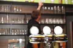 De jonge man achter de bar Stock Afbeelding