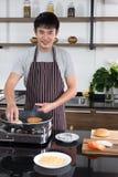 De jonge man bereidde de ingrediënten aan kok voor stock foto