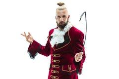 De jonge man die een traditioneel middeleeuws kostuum van markies dragen royalty-vrije stock afbeelding