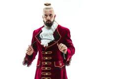 De jonge man die een traditioneel middeleeuws kostuum van markies dragen stock afbeeldingen