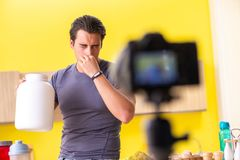 De jonge man die over voedselsupplementen blogging stock fotografie