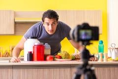 De jonge man die over voedselsupplementen blogging stock afbeelding