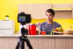 De jonge man die over voedselsupplementen blogging stock foto