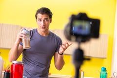 De jonge man die over voedselsupplementen blogging royalty-vrije stock fotografie