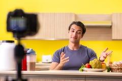 De jonge man die over voedselsupplementen blogging royalty-vrije stock foto's