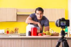 De jonge man die over voedselsupplementen blogging royalty-vrije stock foto