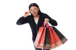 De jonge man die plastic zakken houden die op wit worden geïsoleerd Stock Afbeelding