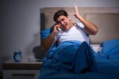 De jonge man die van lawaai in bed worstelen royalty-vrije stock foto's