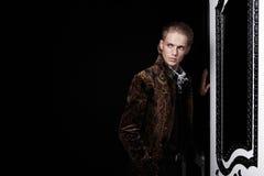 De jonge man in een jasje Stock Afbeeldingen
