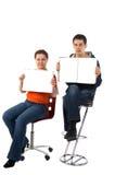 De jonge man en de vrouw tonen tijdschriftpagina's Stock Afbeeldingen