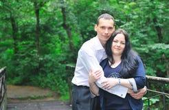 De jonge man en de vrouw zijn in park. Stock Foto