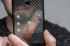 De jonge man gebruikt malplaatjeidentiteitskaart om de telefoon te openen royalty-vrije stock afbeeldingen