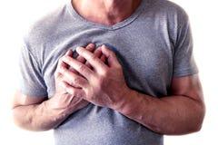 De jonge man lijdt aan borstpijn Borstkramp, angina pectoris De mens houdt voor hart royalty-vrije stock foto