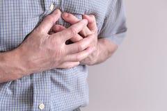 De jonge man lijdt aan borstpijn Borstkramp, angina pectoris De mens houdt voor hart royalty-vrije stock afbeeldingen