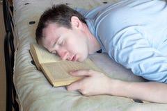 De jonge man is in slaap gevallen Royalty-vrije Stock Foto's