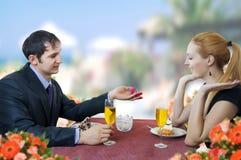 De jonge man stelt huwelijk aan vrouw in restaurant voor. Stock Foto's