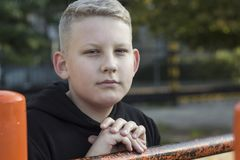 De jonge man in themajasje met blond haar royalty-vrije stock foto's