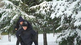 De jonge man van de vrouwenrit in de winterpark stock videobeelden