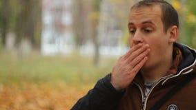 De jonge man is verrast bij de aard en de achtergrond stock footage