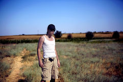 De jonge man in woestijn Royalty-vrije Stock Foto