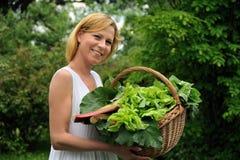 De jonge mand van de vrouwenholding met groente Royalty-vrije Stock Afbeelding
