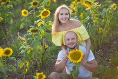 De jonge maniervrouw met een zon bloeit en in modieuze hoed en jeansborrels royalty-vrije stock fotografie