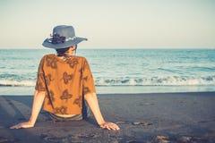 De jonge maniervrouw ontspant op het strand stock fotografie