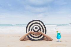 De jonge maniervrouw ontspant op het strand Gelukkige eilandlevensstijl Wit zand, blauwe bewolkte hemel en kristaloverzees van tr royalty-vrije stock afbeelding