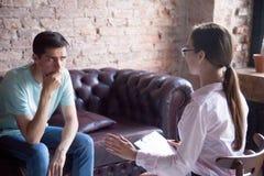De jonge mannelijke bezoekende adviseur van de psycholoogtherapeut, arts royalty-vrije stock afbeeldingen