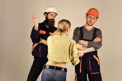 De jonge Mannelijke Loodgieters van Huisvrouwenwoman arguing with, Hersteller Misverstand tussen cliënt en arbeider stock afbeelding
