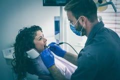 De jonge mannelijke vrouwelijke patiënt van de tandartschirurgie Stock Afbeeldingen